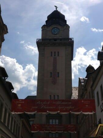 Die Spitzenkrawatte am Plauener Rathaus