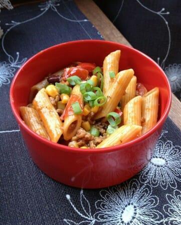 Modespitze-Plauen-Tischsets-Platzsets-gestickt-Nudelsalat-Pasta- Chili -Herbst