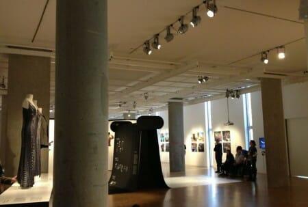 Fast Fashion - die Schattenseite der Mode - und Slow Fashion als möglicher Gegenentwurf dazu. Ein Blick auf die Ausstellung im Museum für Kunst und Gewerbe Hamburg. Unser Blogbeitrag befasst sich nicht nur mit der Ausstellung sondern wirft auch einen Blick auf den Wert der Mode - die Wertschätzung daran. Mehr dazu auf unserem Blog: www.modespitze.de/blog