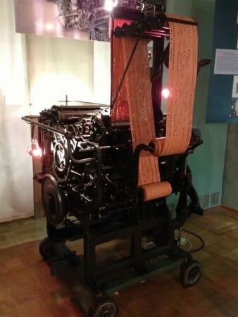 Historische Technik der Stickerei im Spitzenmuseum in Plauen | Lochkarten-Automat System Zahn zu sehen im Plauener Spitzenmuseum