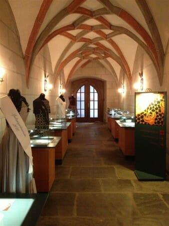 Ausstellung zum Thema Mode im Plauener Spitzenmuseum - hier: die Kleider der Spitzenprinzessin