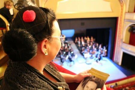 Der perfekte Look für einen Opernbesuch mit einer Stola aus Spitze