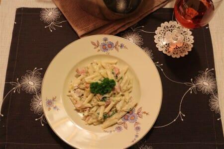 One Pot Pasta - Tischdekoration: Bestickte Platzsets und Glasuntersetzer aus Spitze
