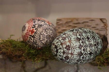 Spitzenmotiv auf einem Osterei in der Osterausstellung im Vogtlandmuseum