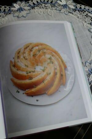 Thymian-Zitronen-Kuchen nach einem Rezept von Nigella Lawson (Spitzendecke Design Paris)