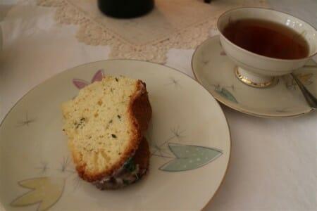 Thymian-Zitronen-Kuchen mit Sammeltasse und Spitzendeckchen