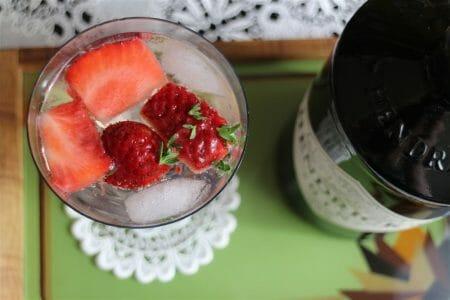 Rezept für Cocktail mit Gin - Erdbeer-Thymian-Gin-Tonic