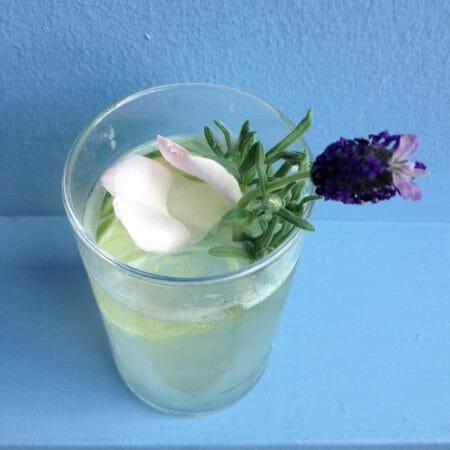 Rezept für Cocktail mit Gin - Lavendel Gin Fizz
