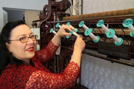 An der historischen Stickmaschine
