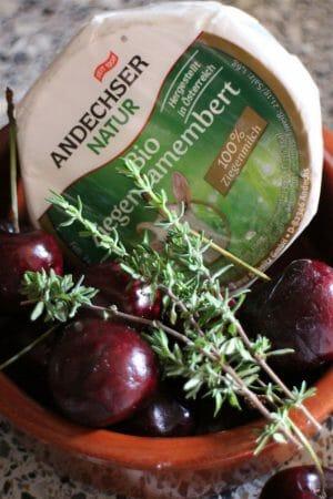 Rezept: Gebackener Ziegencamembert mit Balsamicokirschen