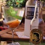 Ein Sommercocktail mit Wodka, Tonic und Kumquat