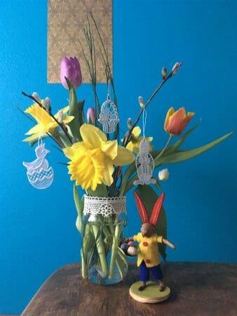 Osterstrauß - Für ein Schraubglas als Vase noch ein Stück Spitzenborte zusammenheften