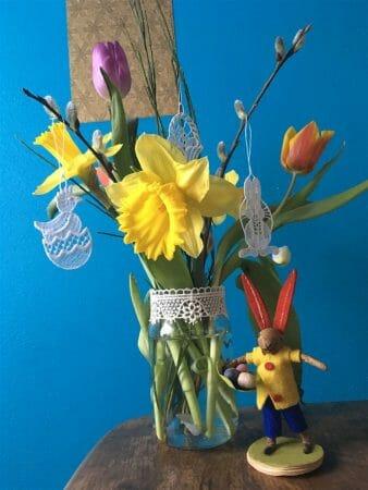 zarte Spitze und farbenfrohe Frühlingsblumen sind die perfekte Kombination