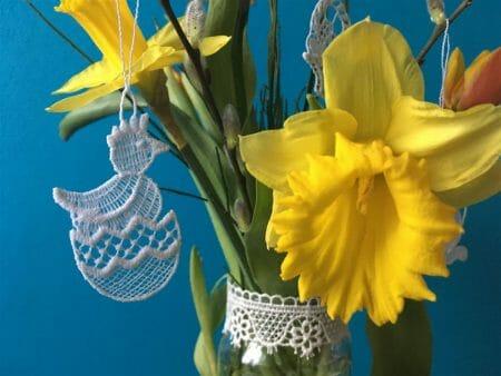 zarte Osteranhänger aus Spitze passen perfekt zu den Frühlingsbumen