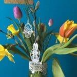 Der Frühling zieht ein – Österlicher Frühlingsstrauß im Glas mit Spitzenborte