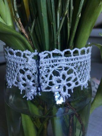 Für ein Schraubglas als Vase noch ein Stück Spitzenborte zusammenheften