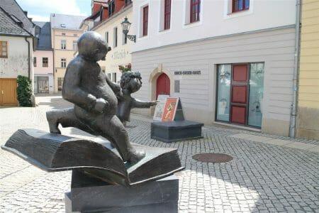 Vater und Sohn vorm Erich-Ohser-Haus in Plauen