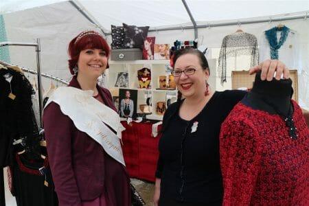 Auf dem Textilmarkt mit der noch amtierenden Spitzenprinzessin Rika Maetzig