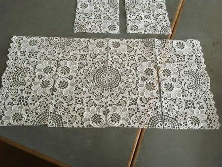 Die viereckigen Decken entstehen auch aus Einzelteilen - wobei sie schon viel größer sind, als bei einer runden Decke