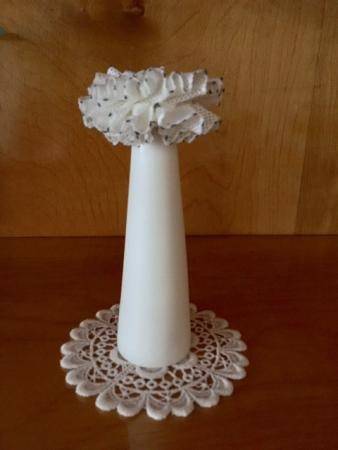 Vase mit Spitzenbesatz