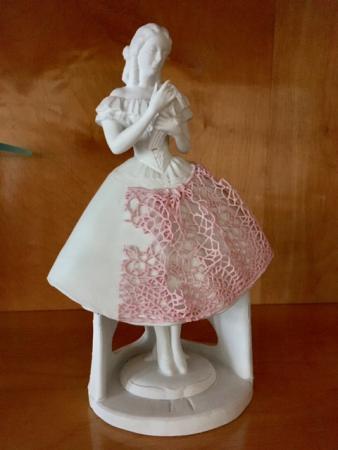 Porzellanfiguren mit Spitzenbesatz aus Sitzendorf