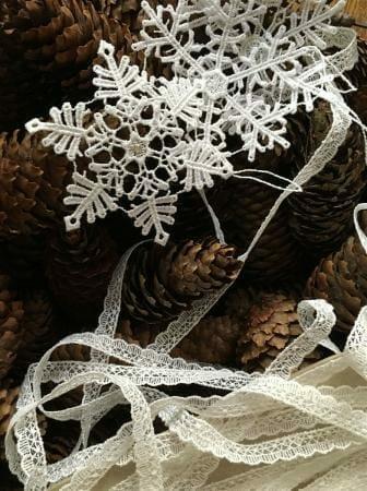 Spitze und Tannenzapfen für eine natürliche Weihnachtsdekoration