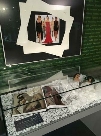 Ausstellung - Die Waffen der Frauen in Suhl im Waffenmuseum - Plauener Spitze eine Waffe der Verführung