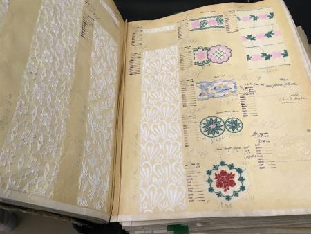 Blick in ein altes Musterbuch mit Plauener Spitze