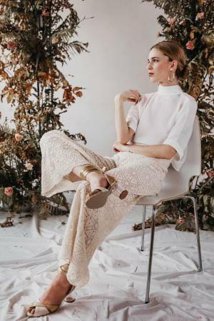 Hose aus Bio-Baumwolle - GOTS zertifizierte Stickerei - BIO - Tüllspitze: Organic Lace Collection by Modespitze Plauen | Outfit: Yoora Studio Bratislava - nachhaltige Brautmode - Sustainable Wedding Dresses