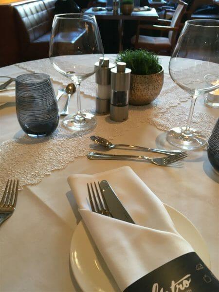 mit Spitze dekorierter Tisch zum Textilmenu im Hotel Einstein St. Gallen