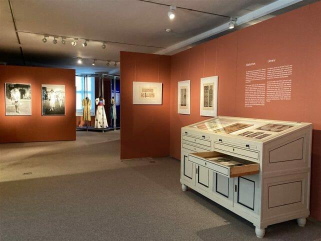 Blick in die Ausstellung Nouveautes im Vogtlandmuseum in Plauen